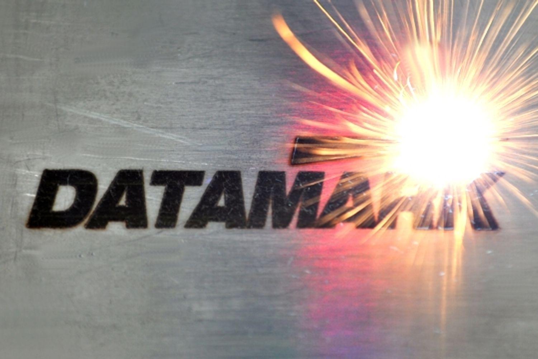 Grabado láser de logotipos en piezas de metal